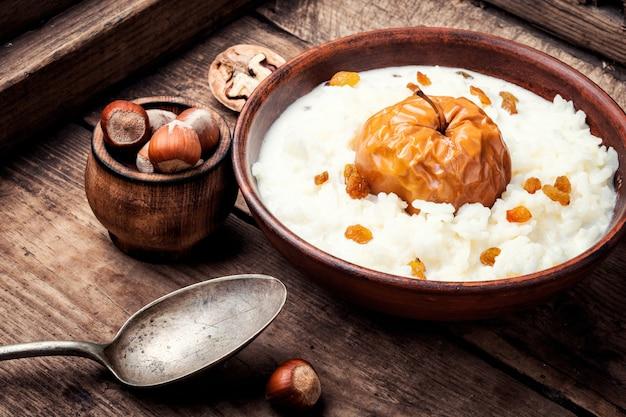 Porridge di riso con mele
