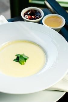 Porridge di semola con selezione di marmellata laterale