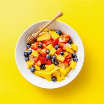 Porridge fatto in casa servito con frutta e bacche