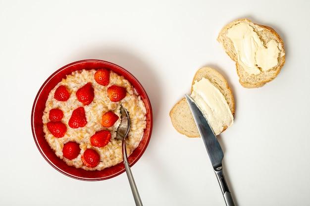 Porridge piatto con disposizione di fragole