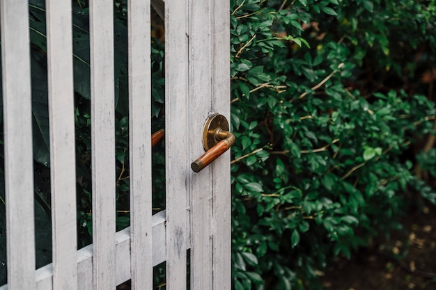 Porta antica e maniglia per lo stile di casa