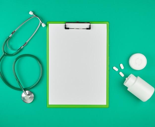 Porta carta con fogli bianchi vuoti, stetoscopio medico