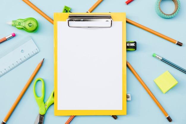 Porta carta con lista e articoli di cancelleria