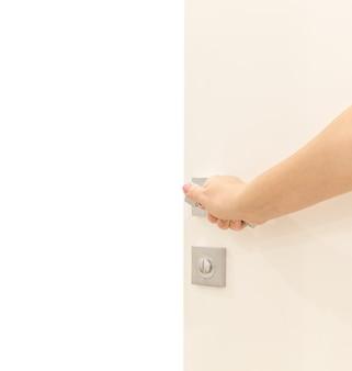 Porta d'apertura della mano della donna in una stanza