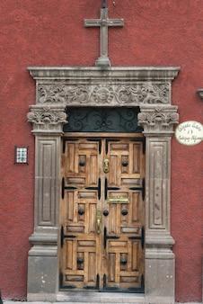 Porta d'ingresso intagliata in legno, guadalupe, san miguel de allende, guanajuato, messico