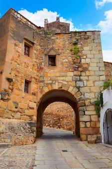 Porta del fiume arco del cristo a cáceres in spagna