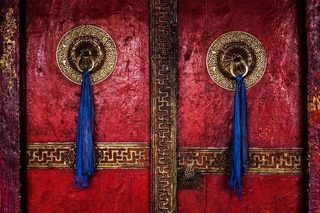 Porta del monastero di spituk. ladakh, india