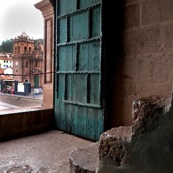 Porta del templo de la compania de jesus, plaza de armas, cuzco, perù