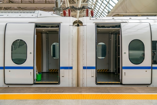 Porta del vagone ferroviario ad alta velocità