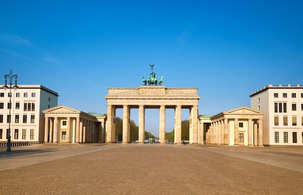 Porta di brandeburgo a berlino, germania, in una giornata luminosa con cielo blu
