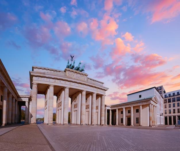 Porta di brandeburgo a berlino, germania, su un tramonto, immagine panoramica