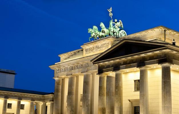 Porta di brandeburgo illuminata a berlino, germania