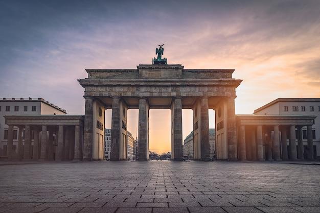 Porta di brandeburgo illuminata alla vista frontale del tramonto