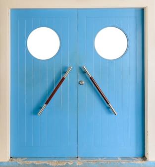 Porta di legno isolata su fondo bianco