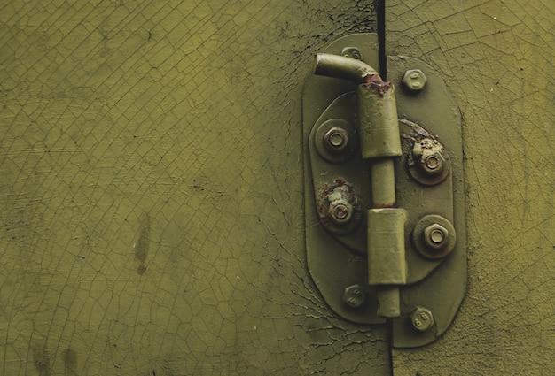 Porta di metallo con bullone in stile sgangherato con copia-spazio
