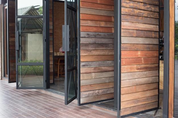 Porta in legno e cornice in vetro della finestra
