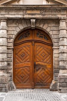 Porta in legno vintage, casa in pietra. vecchia europa.