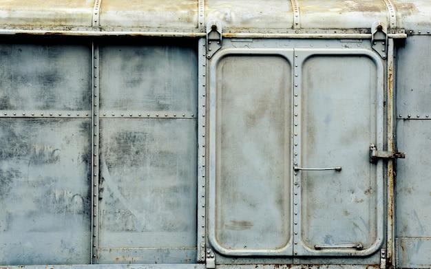 Porta metallica del vecchio e arrugginito treno dei carrelli