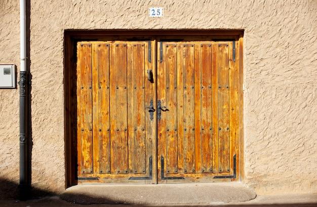 Porta rustica in un piccolo villaggio in spagna