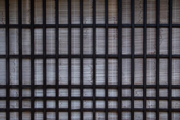 Porta scorrevole in legno giapponese vecchio stile, finestra con un vecchio behide bianco opaco