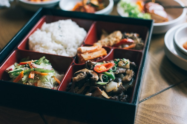 Porta via la scatola con una varietà di cibo coreano