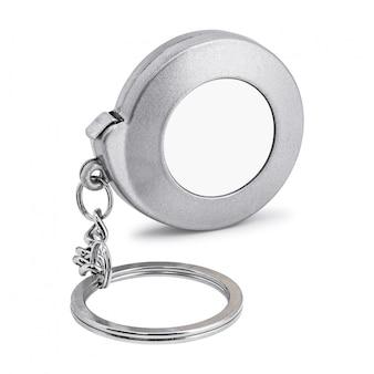 Portachiavi in acciaio isolato su sfondo bianco. portachiavi bianco nel concetto di nastro di misurazione.