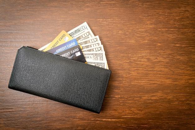 Portafoglio con denaro e carta di credito