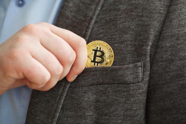 Portafoglio di valuta virtuale. moneta d'oro bitcoin e denaro crittografato stampato con codice qr. concetto di criptovaluta