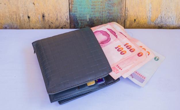 Portafoglio in pelle con 100 bagni di banconote tailandesi