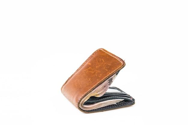 Portafoglio in pelle con soldi isolato su sfondo bianco
