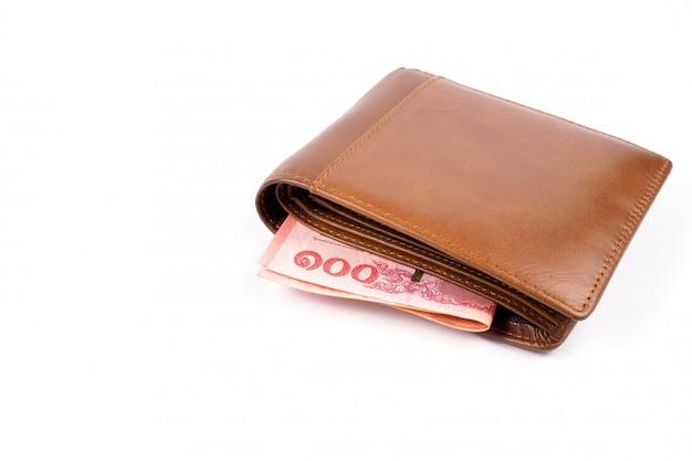 Portafoglio marrone con soldi su bianco