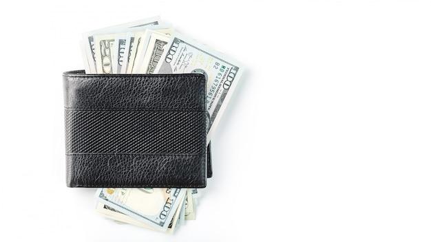 Portafoglio nero con dollari in vera pelle su un muro bianco isolato.