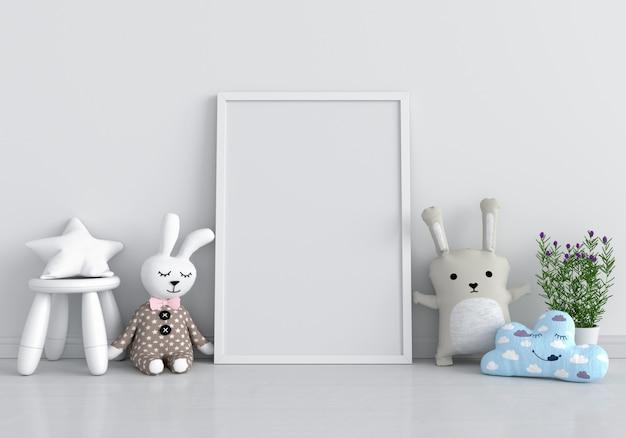 Portafoto bianco per mockup e bambola sul pavimento