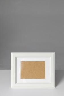 Portafoto bianco sul tavolo