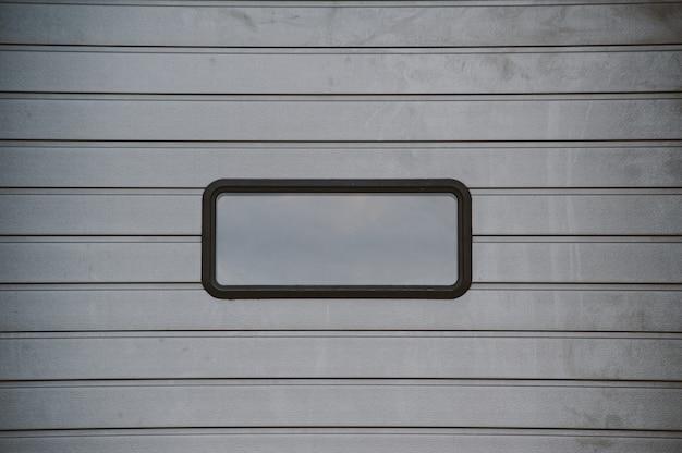 Porte sezionali grigie in posizione chiusa