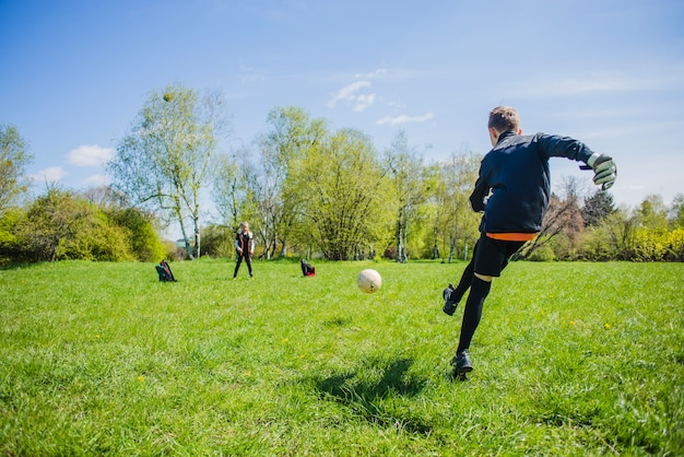 Portiere attivo a giocare a calcio