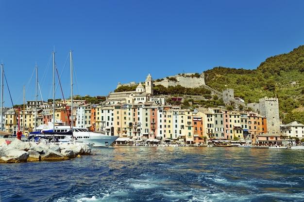 Porto bellissimo villaggio con barche