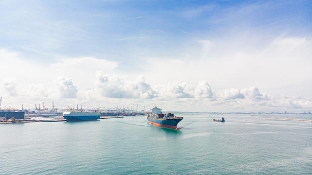 Porto commerciale / spedizione - carico al porto. veduta aerea del trasporto marittimo