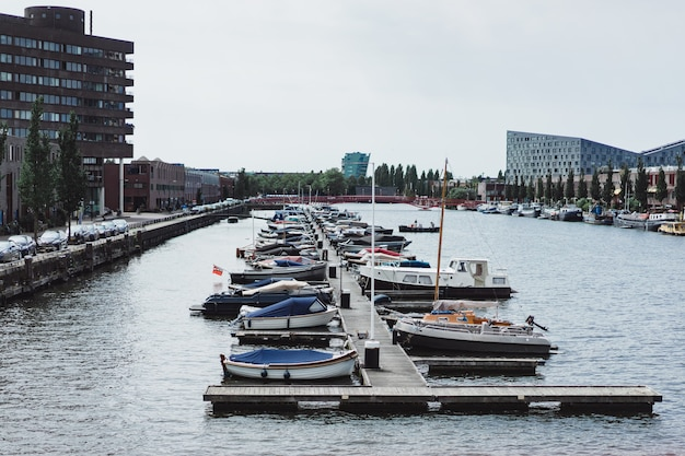 Porto della città con yacht. amsterdam