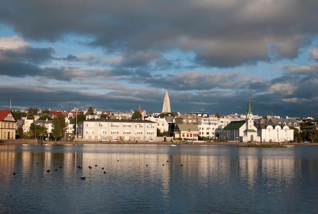 Porto di reykjavik, riflessi nell'acqua dell'oceano