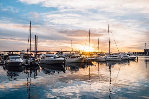 Porto di tramonto di riflessione dell'yacht