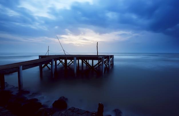 Porto in legno sulla spiaggia