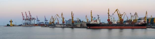Porto marittimo internazionale di merci con nave mercantile, gru e container o scatole con merci. spedizione globale, consegna e.