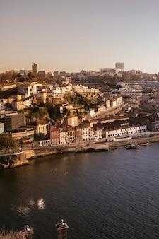 Porto, portogallo skyline della città vecchia dall'altra parte del fiume douro.