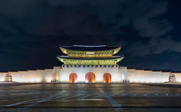 Portone di gwanghwamun al palazzo di geyongbokgung a seoul alla notte, la corea del sud.