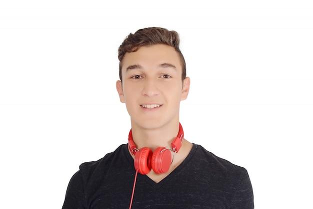 Portrair di sorridente musica d'ascolto teen con le cuffie
