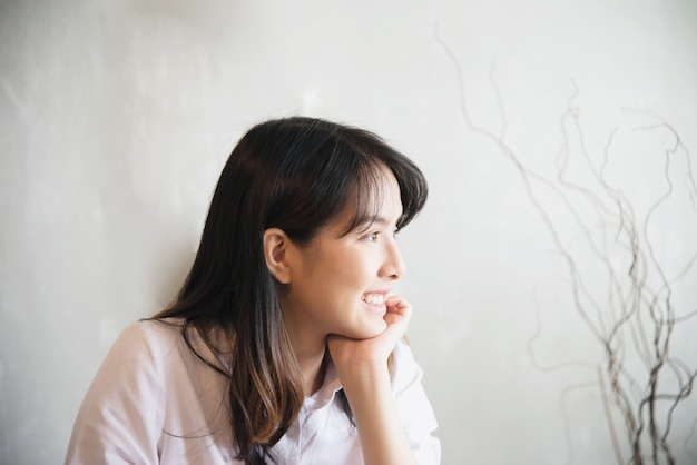 Portriat asiatico adorabile della giovane signora - concetto felice di stile di vita della donna