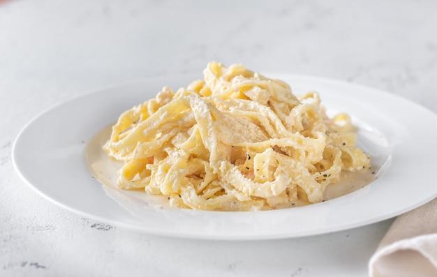 Porzione di gamberi alfredo pasta