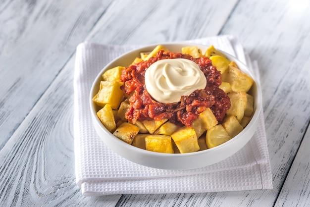 Porzione di patatas bravas con salse