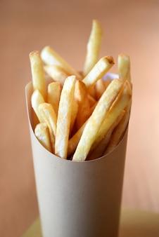 Porzione di patatine fritte servita in un contenitore